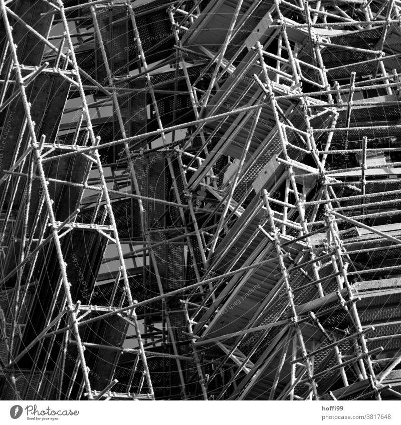 Gerüst mit Eiskristallen im Winter - kalt draußen Einrüstung Raureif Frost Baugerüst Baustelle Gebäude Fassade baustelle baugerüst Außenaufnahme Sanieren