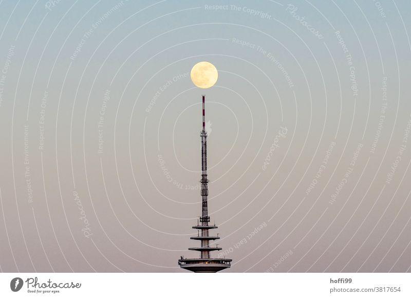 Fernsehturm mit Mond Vollmond Mondaufgang Mondschein Abenddämmerung Sonnenuntergangshimmel Dämmerung Minimalismus blau