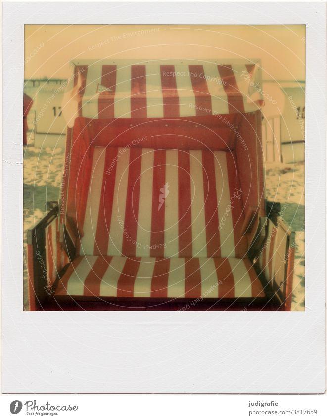 Leerer Strandkorb auf Polaroid Ostsee ostseeküste Streifen Ferien & Urlaub & Reisen Erholung Farbfoto Außenaufnahme Tourismus streifen senkrecht rot weiß leer