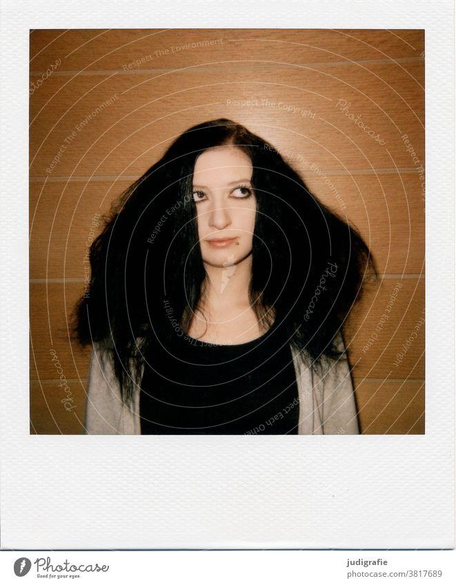 Bad Hair Day. Jugendliche mit Frisurproblemen auf Polaroid. Mensch Farbfoto feminin Junge Frau Innenaufnahme Lifestyle Haare & Frisuren brünett Kopf Gesicht