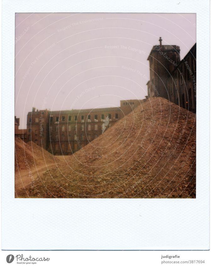 Polaroid einer Industrieruine Industrieanlage Gebäude Architektur Ruine Abrissgebäude abrissreif Schutthaufen Erde Baustelle Verfall Vergänglichkeit