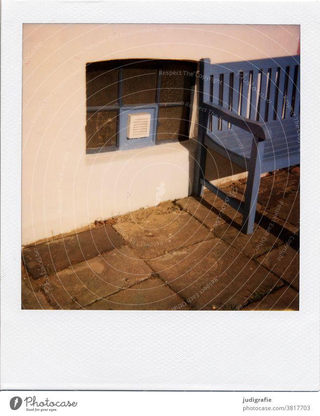 Sitzgelegenheit neben Kellerfenster auf Polaroid Bank Parkbank Fenster Holzbank blau Wand gehwegplatten Farbfoto Erholung Pause Außenaufnahme