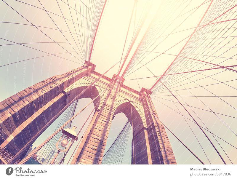 Farbig getöntes Fischaugenobjektivbild der Brooklyn Bridge, New York, USA. New York State Großstadt retro Sonne reisen amerika urban Wahrzeichen Architektur
