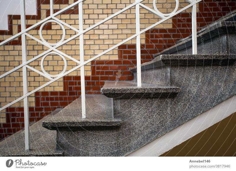 Altes historisches Gebäude mit luxuriöser Treppe und gefliester Wand, schönem Marmordesign des alten Gebäudes und weißem Geländer Reichtum Treppenhaus