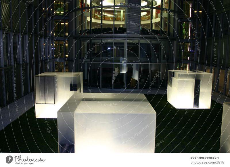 Berlin: Paul-Löbe-Haus Regierungssitz Architektur Deutscher Bundestag beleuchtete quader
