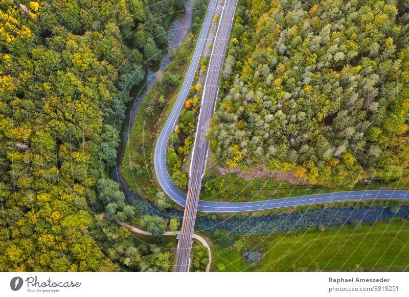 Luftaufnahme der Pegnitz im Fränkischen Jura Antenne Herbst Landschaft Bach Kurve Tag Europa Abend Wald fränkische Jura Gras grün Hügel Blatt Wiese
