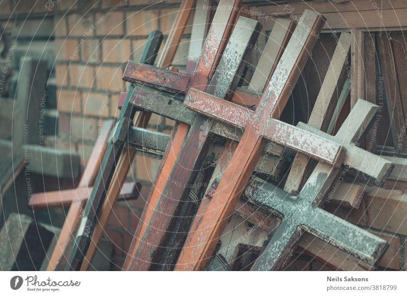 viele hölzerne christliche Kreuze auf Backsteinmauer katholisch Katholizismus Christentum Kultur Gott Friedhof Jesus Gedenkstätte Denkmal Religion religiös