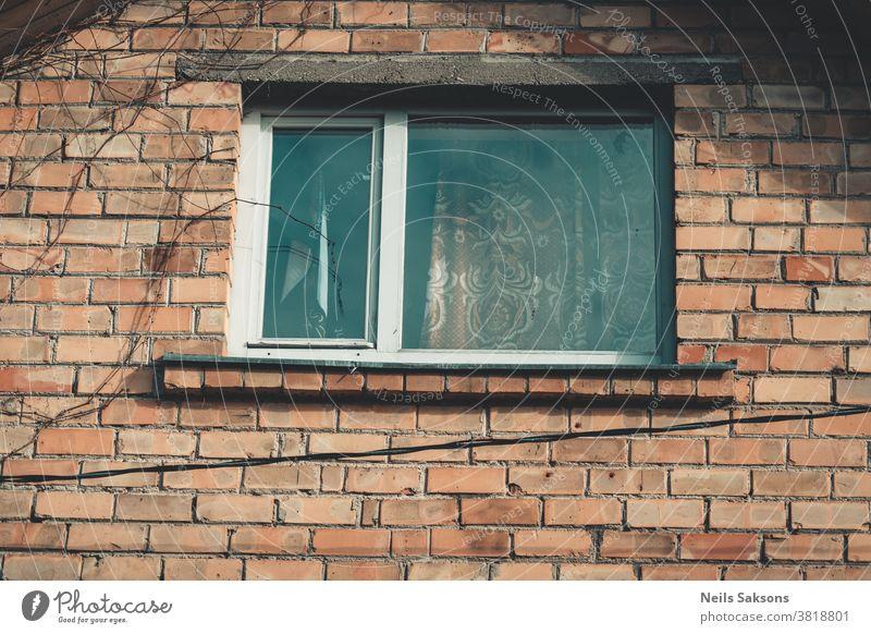 Fenster eines alten Backsteinhauses, in dem ich wohne Doppelverglasung Holzfenster Appartement Architektur athmosphärisch Hintergrund Baustein hell Gebäude