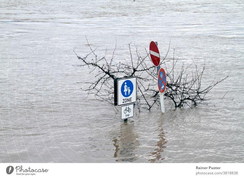 Extremes Wetter: Überflutete Fussgängerzone in Köln, Deutschland Klima Klimawandel Desaster Extremwetter fluten überflutete Straße hochwasser deutschland