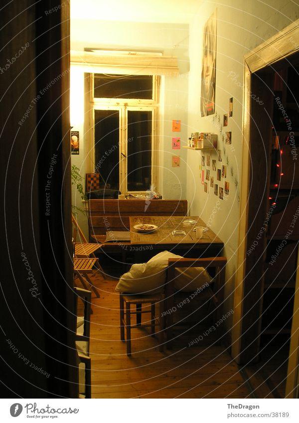 Küche einer Wohngemeinschaft - kitchen Licht Stimmung gemütlich unordentlich Dämmerung Jugendstil Parkett Holztisch Häusliches Leben kurt cobain light ambience
