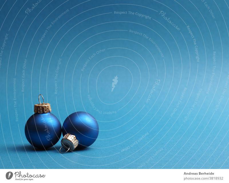 Blaue Vintage-Weihnachtskugeln auf blauem Hintergrund Ball Transparente Kugel Postkarte Feier Weihnachten abschließen Konzept Konfetti Textfreiraum