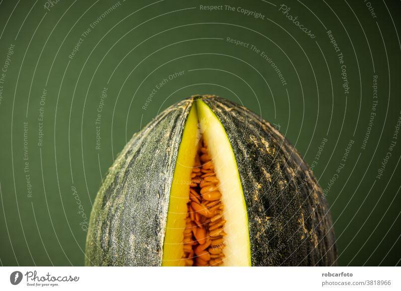 Melone offen auf grünem Hintergrund süß saftig Lebensmittel Melonen reif gelb Frucht frisch Gesundheit Dessert Ernährung lecker organisch Scheibe weiß