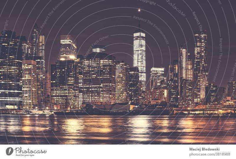 Die nächtliche Skyline von New York City Manhattan in der Innenstadt, USA. neu Nacht Großstadt Panorama Gebäude Wolkenkratzer nyc gefiltert Einfluss getönt