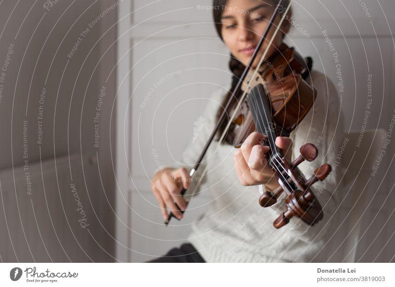 Junger Geigenschüler Künstler künstlerisch Schleife brünett Akkord klassisch Klassik Zusammensetzung Konzert Bildung elegant Frau herumfuchteln fiddlestick