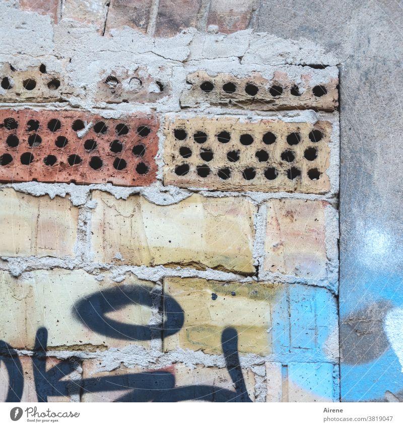 Bauhistorie Mauer verblasst Vergänglichkeit alt Gebäude Fassade Haus Backstein ziegelrot blau weiß Ziegelbauweise mauerwerk Wandel & Veränderung Putz blassblau