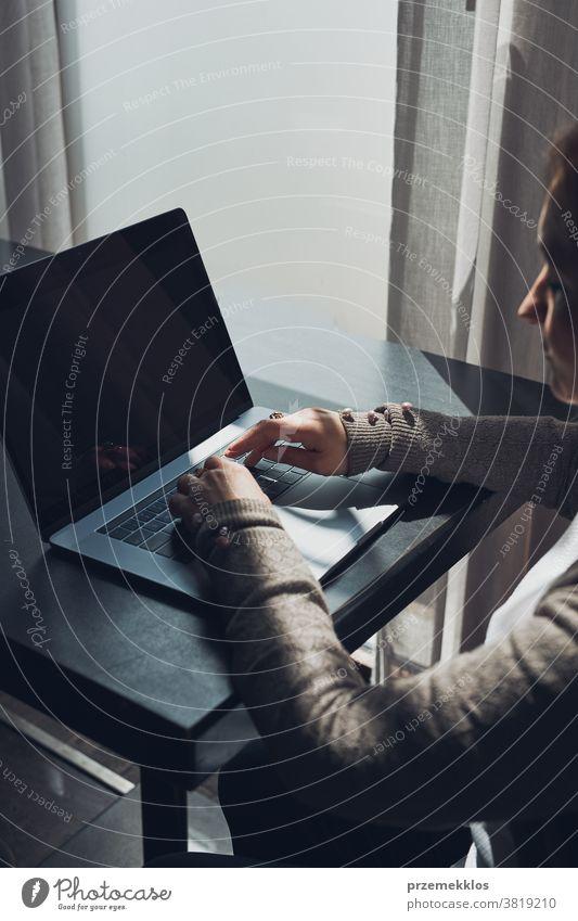 Geschäftsfrau, die aus der Ferne an ihrem Laptop arbeitet und ihre Arbeit in einem Café erledigt Business Kaukasier Computer Anschluss Schreibtisch Unternehmer
