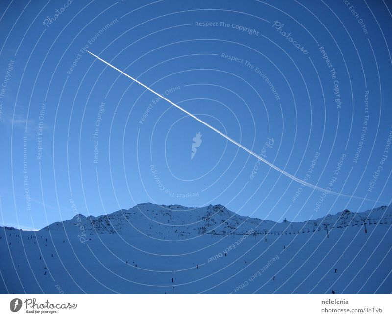 Kondensstreifen über den Bergen Himmel Natur Ferien & Urlaub & Reisen blau Berge u. Gebirge Schnee Sport fliegen Wetter Luftverkehr groß hoch Flugzeug