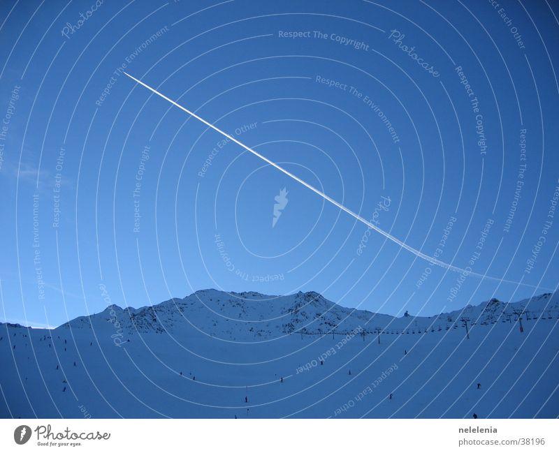Kondensstreifen über den Bergen Himmel Natur Ferien & Urlaub & Reisen blau Berge u. Gebirge Schnee Sport fliegen Wetter Luftverkehr groß hoch Flugzeug Schönes Wetter Alpen Gletscher