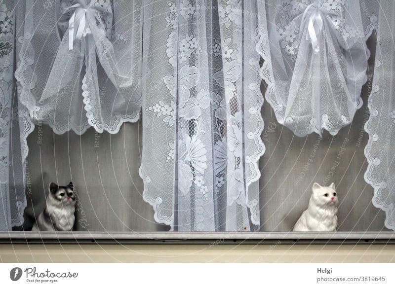 Wachposten - zwei Katzen aus Porzellan sitzen an einem Fenster mit nostalgischen Gardinen Porzellankatze Wohnwagen Dekoration Kitsch Kriskrams Idylle