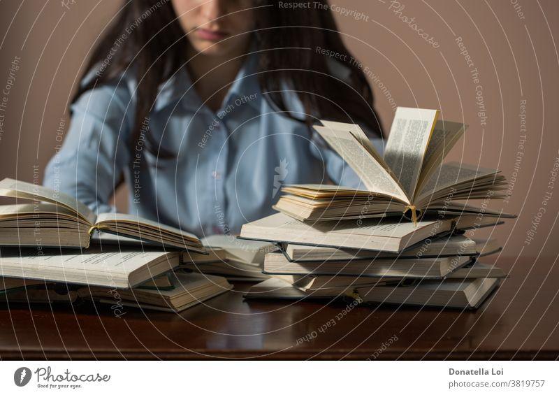 Teenagerin liest viele Bücher allein schön Buch brünett Kaukasier Klassenraum Hochschule konzentrierend Schreibtisch Bildung Prüfung Formation Mädchen heimwärts
