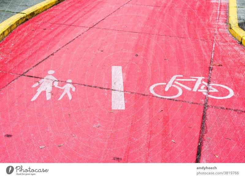 Fuss- und Radweg geteilt durch eine weisse Linie Asphalt Aufmerksamkeit Fahrrad Radfahren kreisen Großstadt Zyklus unterteilend Trennlinie Europa Fußweg
