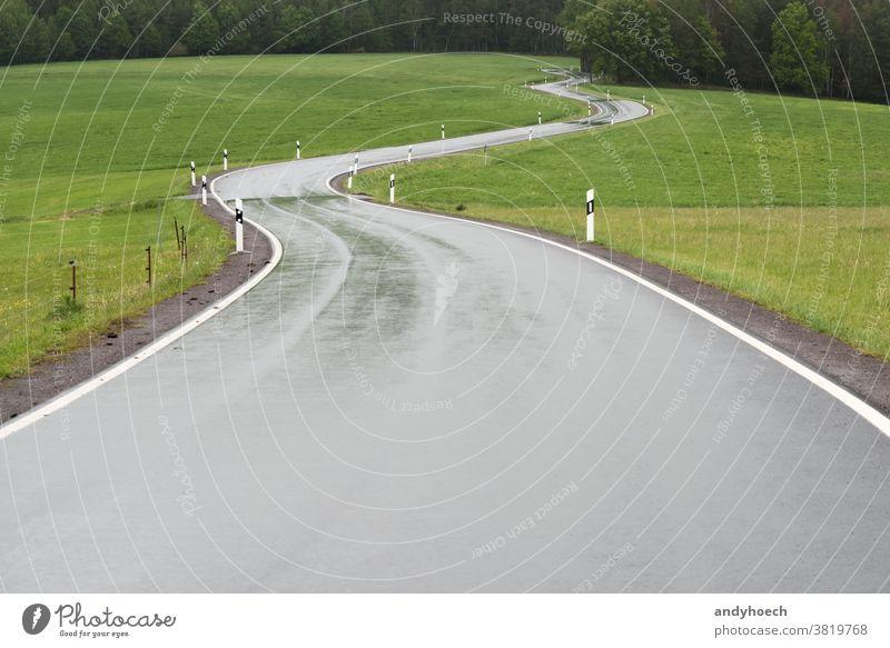 Kurvige Landstraße am Waldrand Abenteuer Asphalt Hintergrund Hintergründe schlecht Textfreiraum Landschaft Kurve Kurven Gefahr gefährlich schwierig Regie