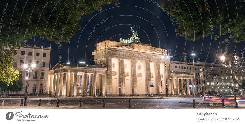 Brandenburger Tor bei Nacht mit einer Baumkrone als Rahmen Architektur Anziehungskraft Berlin brandenburger Gebäude gebaute Struktur Kapital Großstadt Stadttor