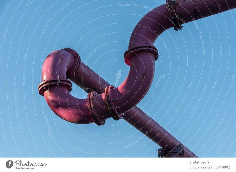 Rosa Stahlrohre zur Wasserableitung mit blauem Himmel Hintergrund bauen Klarer Himmel Konzept Anschluss Zwischenstück Konstruktion Baustelle durchkreuzen