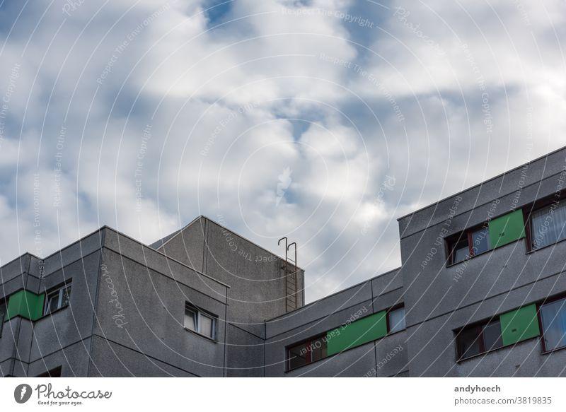 Die Leiter weg vom grauen Beton abstrakt Appartements Architektur blau Gebäude Herausforderung Chance Wandel & Veränderung Großstadt Aufstieg Wolken wolkig