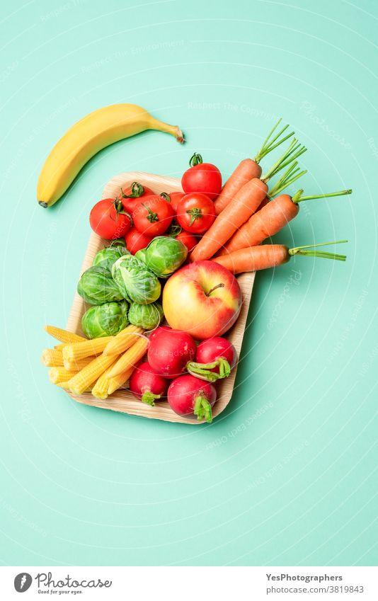 Gemüse in einer kunststofffreien Verpackung, Palmblattschale, isoliert auf grünem Hintergrund. obere Ansicht alternativ Kasten Container ausschneiden Diät