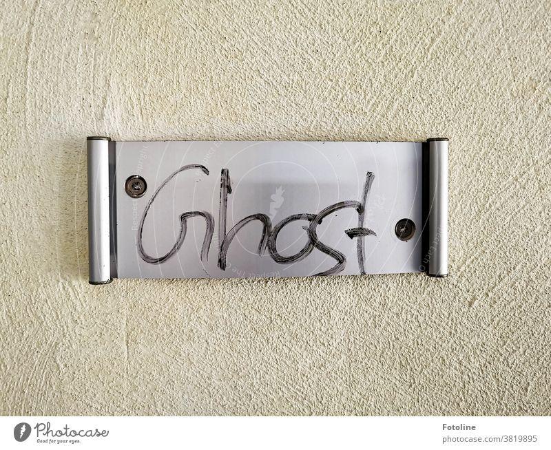 Das Schild zeigt an, wer im Raum dieses Lost Places gewütet hat. Türschild Metall Blech Stahl Strukturen & Formen Muster Menschenleer Farbfoto Detailaufnahme