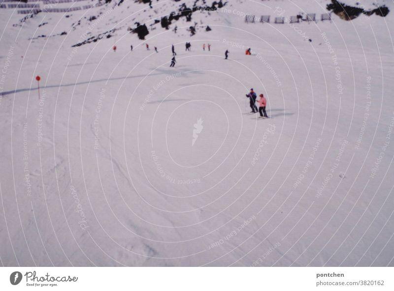 Blick vom Skilift-Skifahrer auf skipiste Skifahren winter wintersport schnee berge urlaub spaß Berge u. Gebirge Alpen Skier Schneebedeckte Gipfel Menschen