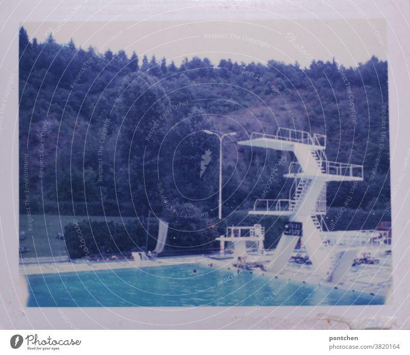 Weißer Sprungturm im Freibad. Sommer. Polaroid freibad sommer springen höhe mut spaß freude Schwimmbecken Schwimmen & Baden Sprungbrett Schwimmbad