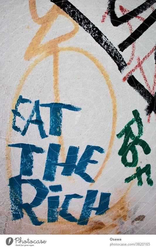EAT THE RiCH eat the rich Graffiti Text Schrift Schriftzeichen Buchstaben Typographie Wort Wand Mitteilung Aufforderung Parole Spruch Slogan Sprache Nahaufnahme