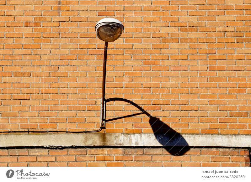 Straßenlampe an der Gebäudewand Peitschenlaterne Straßenleuchte Straßenlaterne Laternenpfähle Lampen Illumination Beleuchtungseinrichtungen Großstadt metallisch