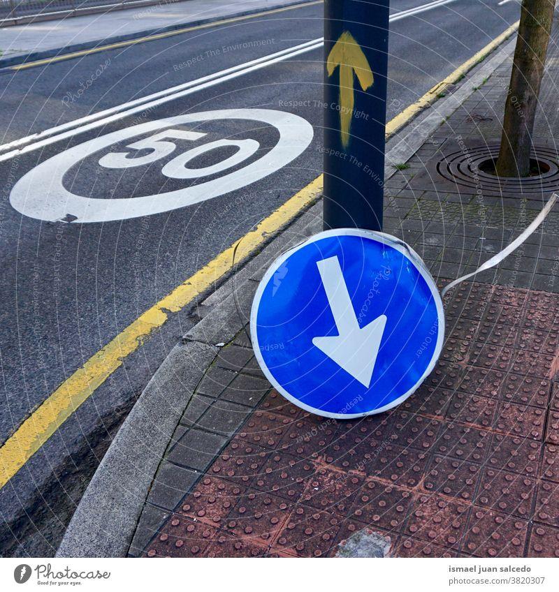 Ampel mit gebrochenem Pfeil auf der Straße in der Stadt Bilbao Spanien Regie Verpflichtung zwangsweise Verkehrsgebot signalisieren Asphalt Ermahnung Großstadt