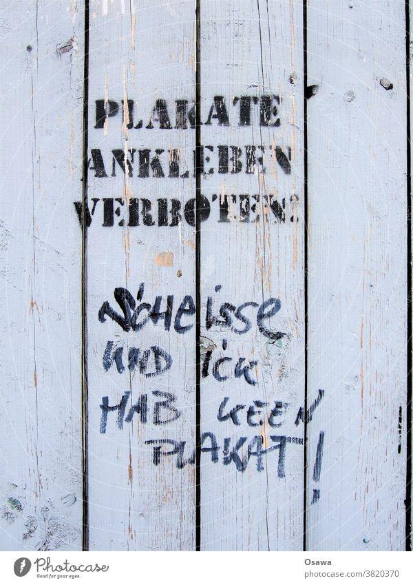Trotzphase Plakate ankleben verboten Wand Bretterwand Zaun Text Tag trotzig Herausforderung herausfordernd Verbot Graffiti Schmiererei Antwort Reaktion Holz