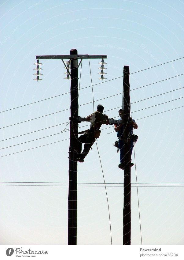Let`s connect! Stromausfall Reparatur Elektrisches Gerät Technik & Technologie 2 Männer hoch Leitungen legen