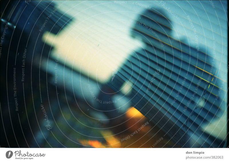 stars and stripes maskulin 1 Mensch Stadt Balkon Fenster Perspektive Surrealismus analog Jalousie mehrfarbig Außenaufnahme abstrakt Reflexion & Spiegelung
