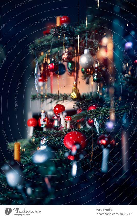 Detail eines Weihnachtsbaums Weihnachten Ornament Dekoration & Verzierung Glitter Feiertag Baum Dezember Kerze Glück farbenfroh Lametta Urlaub Licht Geschenk