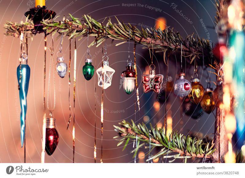 Zweig mit winzigem Weihnachtsglasschmuck Weihnachten Ornament Dekoration & Verzierung Glitter Feiertag Baum Dezember Kerze Glück farbenfroh Bälle Lametta Urlaub