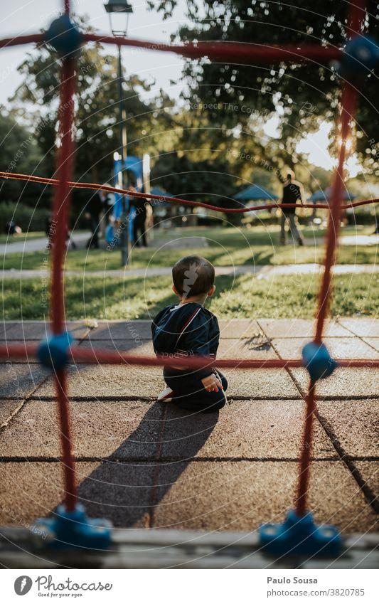 Kleinkind spielt auf dem Spielplatz Spielen 1-3 Jahre Tag Freizeit & Hobby Glück Kind Außenaufnahme Freude Farbfoto Mensch Fröhlichkeit Lifestyle niedlich Park