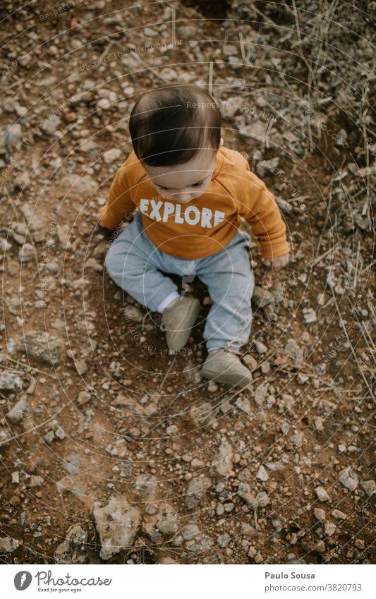 Kleinkind spielt im Freien Kind erkunden Junge niedlich Kindheit Spielen Farbfoto klein Baby Freude Mensch Glück Kinderbetreuung 1 Kindergarten Herbst