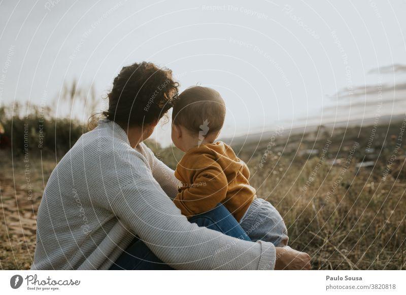 Mutter und Sohn schauen weg Kaukasier Muttertag Mutterschaft Mutter und Kind Kleinkind Familie & Verwandtschaft Zusammensein Zusammengehörigkeitsgefühl