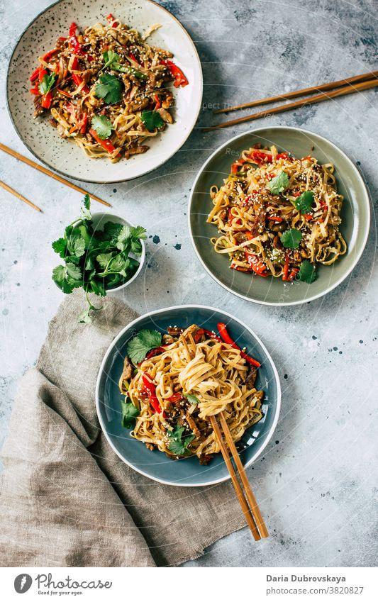 Udon-Nudeln mit Gemüse und Schweinefleisch Fleisch traditionell Lebensmittel lecker Küche Soja Japanisch Schalen & Schüsseln Saucen Teller Paprika Fastfood