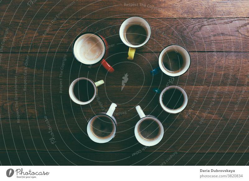 verschiedene Tassen Kaffee Tisch Getränk Frühstück Café trinken braun anders Aroma arabica Hintergrund Morgen viele schwarz Pause Kulisse Espresso schäumen