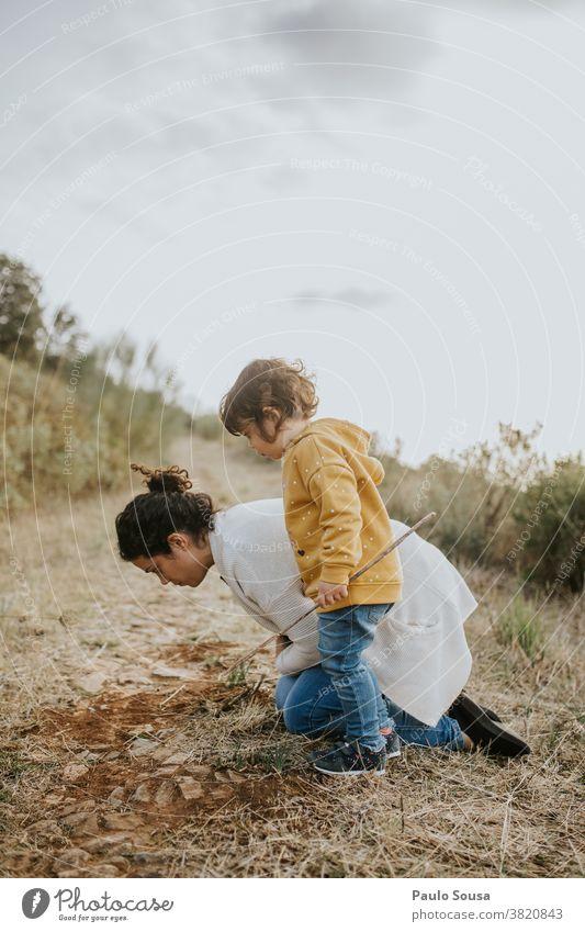 Mutter und Tochter spielen im Freien Mutter und Kind Familie & Verwandtschaft authentisch Herbst Herbstfärbung Kindheit Abenteuer erkunden Natur Lifestyle