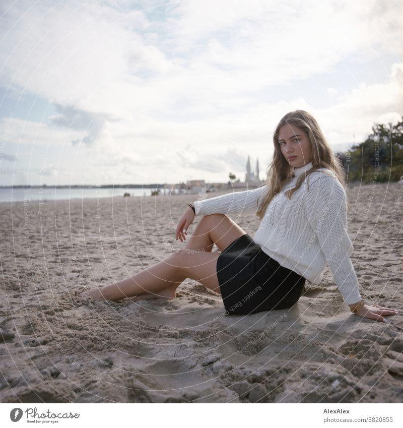 Blondes Mädchen am Ostseestrand Landschaft Strand intensiv jugendlich freundlich Natur weiblich einzigartig außergewöhnlich natürliches Licht