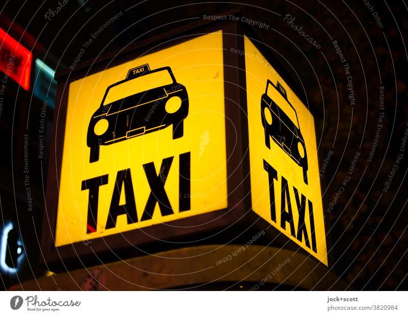 Taxi Taxi Rufsäule Berlin gebührenfrei Standort Taxirufsäule Mobilität Leuchtkasten leuchten Piktogramm Wort Kunstlicht gelb Nacht Design Quadrat