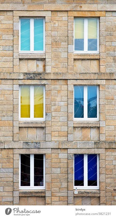 Bunte Fenster in einer Hausfassade aus Naturstein, formatfüllend Fassade bunte Fenster Sandstein Sandsteinhaus positiv authentisch 6 Fenster Wohnhaus Gebäude